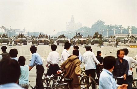 六四事件-天安門廣場上重兵駐守,一些市民在遠處觀看。.jpg