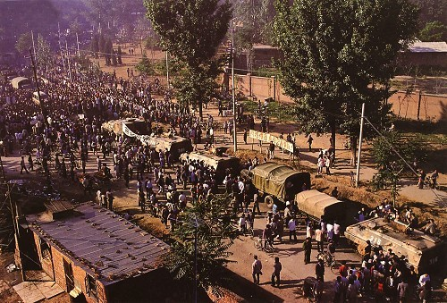 六四事件-向北京開進的戒嚴部隊的軍車被老百姓堵在了郊區。.jpg