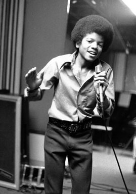 michaeljackson-13歲的Michael Jackson於1972年在自家拍照,當年他以「Ben」拿下個人首張第一名唱片。Credit- CBS.jpg