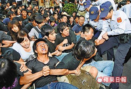 四百多名大學師生為抗議警察執法過當,前天起在行政院門口靜坐近三十小時,昨傍晚遭警察抬離。.jpg