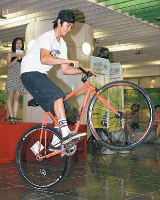 大台北無車日-台北市政府昨天在東區地下街宣導交通管制訊息,並邀請單速車好手表演單車特技。.jpg