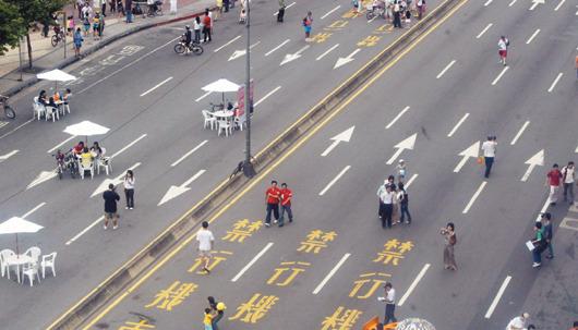 大台北無車日-圖為2007年大台北國際無車日當天 ,民眾可以在忠孝東路上喝咖啡。.jpg
