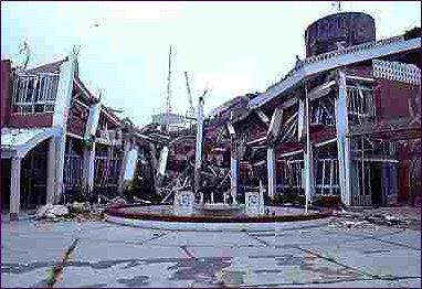 921-日月潭遭高達989 gal之地表加速度的搖晃後,教師會館前排樓房已發生嚴重塌陷、扭曲。.jpg