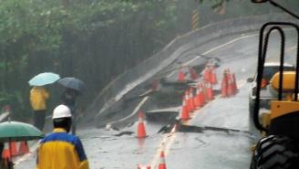 蘇花公路南澳鄉武塔段的路基嚴重坍方,公路總局無法保證今天傍晚能修復,引起居民不滿。.JPG