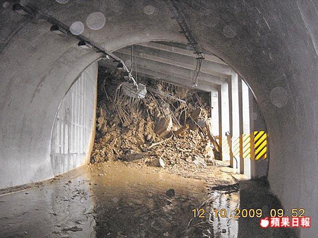 蘇花公路和仁段的明隧道,因大雨崩塌連鋼筋都被貫穿,隧道內灌滿土石。蘇先生提供.jpg