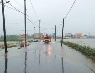 宜蘭縣到今午還在下雨,地勢低窪的武淵村,不少農路還淹在水裡。2.jpg