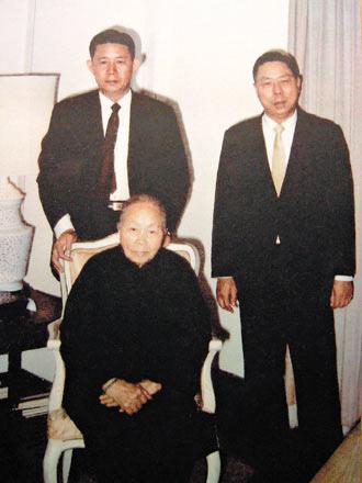 王永慶大事記_兄弟倆與母親合影,當時王永慶(左)48歲,王永在(右)43歲。.jpg