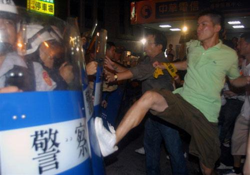2008綠營支持者與警方激烈衝突。.jpg