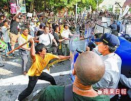2008民進黨圍城爆發流血衝突,數百名群眾昨天下午在北市景福門攻擊警察-1.jpg
