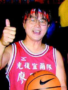 廖風德_2001年,國民黨的福將廖風德(左),扮成灌籃高手打選戰。.jpg