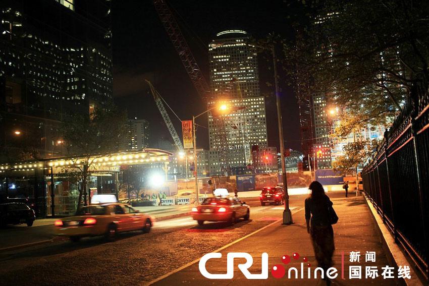 """2010年9月9日,美國紐約,世貿中心遺址。隨著世貿中心重建工作的進行,紐約市民準備紀念""""9·11""""事件九週年。"""