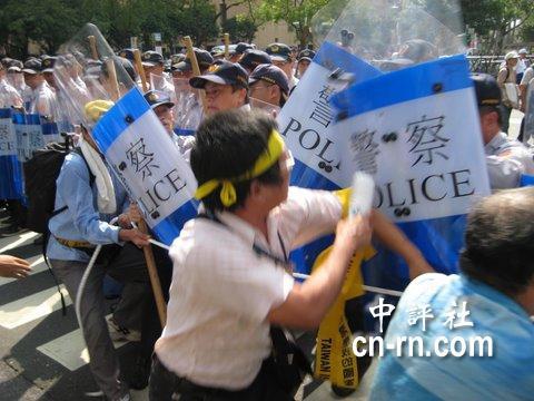 2008綠營遊行隊伍抵達徐州路口發生推擠衝突,場面一度相當火爆。.JPG