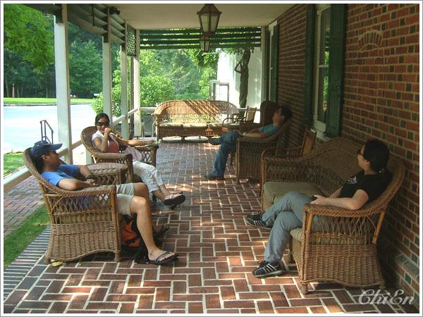 大家一進到有遮蔭的走廊就攤在椅子上休息