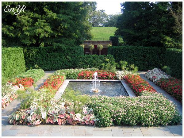 漂亮的方形小水池及噴泉