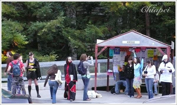 公車站裡有蝙蝠女和小精靈