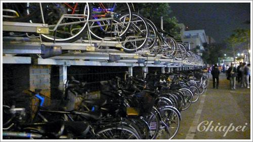 公館校區邊的雙層腳踏車架
