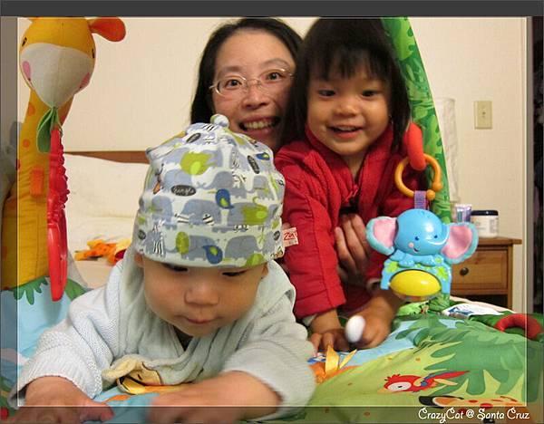 4/24 媽媽姊姊一起為Q寶高興(其實只是搶鏡頭吧)