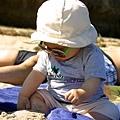7/3 對沙子很好奇,還拿進嘴裡吃了一點