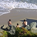 7/3 三個男生坐在高高的岩石堆上看風景