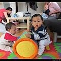 8/10 去 Lias 家玩,Q寶很喜歡這個滾筒玩具