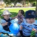7/20 小宇和Q寶很高興地玩著氣球繩子