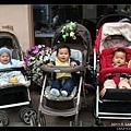 三個寶寶都看鏡頭而且有兩個在笑耶!太難得了!