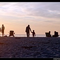 Carmel海灘。媽媽帶陳小牛提小桶子去海邊裝水