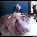小公主著裝完畢,正在自己穿鞋