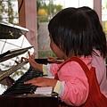 兩個小女生彈鋼琴