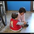 姊姊想幫弟弟穿鞋