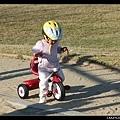 在公園騎三輪車