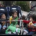 排隊等遊園車中(又是香蕉時間!)
