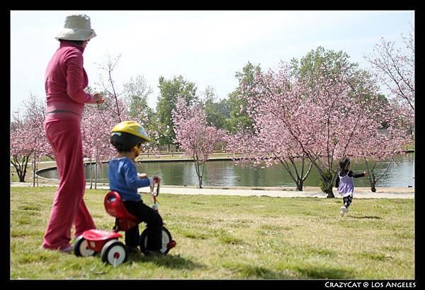 「三輪車借給Jordan好不好?」「好~~」「Jordan來喲~~」