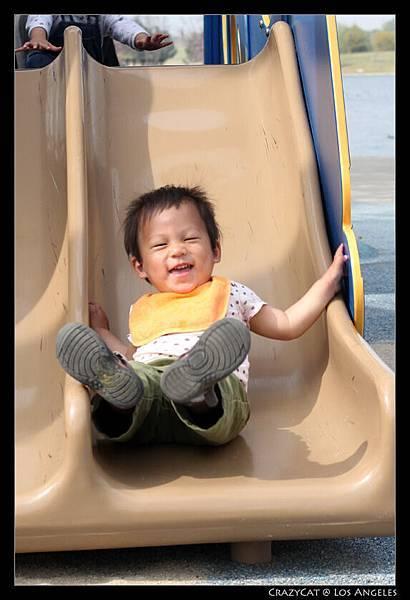 很能享受溜滑梯的樂趣