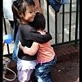 排隊的時候陳小牛抱抱Allie寶