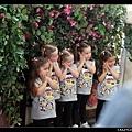五個穿一樣的小女孩來與公主合照