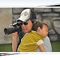 爸爸是這樣幫我們照相的,真辛苦!