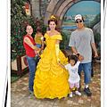 Disney工作人員幫我們照全家福 :D