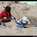 隔壁小女孩挖的超大洞,Q寶馬上興奮地跳下去玩