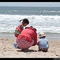 媽媽與孩子們玩沙