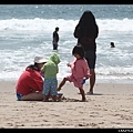 第二天下午又來海邊玩啦 (陳小牛正在摧毀媽媽蓋的小沙堡)