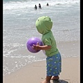 竟然還想在水上玩球...(幸好有被阻止)