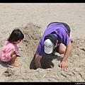 「爸爸你在幹嘛?」「我在挖洞啊..」