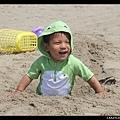小傢伙玩得滿臉沙