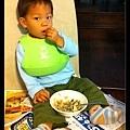 在蘇家研發出「無高椅子吃飯法」。頗有丐幫弟子的架勢~ :p
