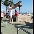 聖塔莫尼卡海灘處處有體操能人....
