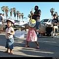 到了威尼斯海灘,有很多表演的人,小朋友樂得聞樂起舞