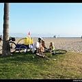 海灘夕陽下的漢堡薯條和熱狗晚餐 :)
