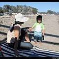 Q寶把沙子撲在姊姊臉上,被媽媽訓話