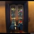 兩個小鬼在 Vegas 逛街時最大的樂趣 -- 搶著按電梯!!!